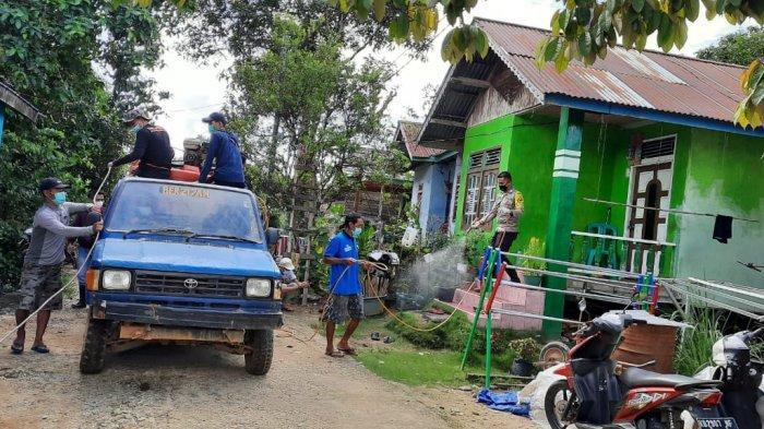 Cegah Covid-19, Bhabinkamtibmas Polsek Menukung Gotong Royong Bersama Warga Semprot Disinfektan
