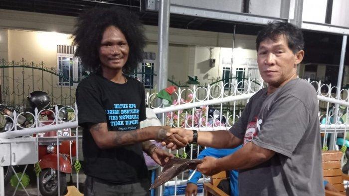 SCOOTERIS asal Kepulauan Tidore, Maluku Utara, Ari, bersama Ketua Club FRKP West Borneo Vespa Lovers, Binsar Sibarani.