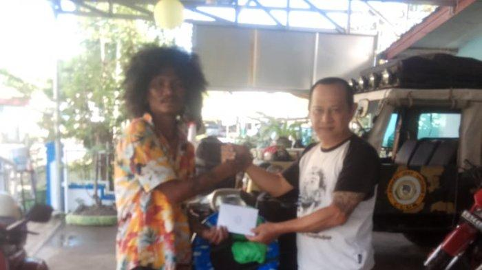 SCOOTERIS asal Kepulauan Tidore, Maluku Utara, Ari, mendapat bingkisan dari Penasihat Club FRKP West Borneo Vespa Lovers, Br Stephanus Paiman OFM Cap.