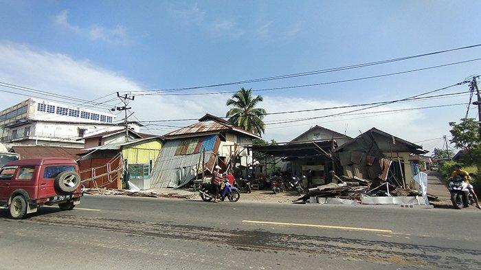 Marmin pemilik bangunan yang ditabrak Truk Kontainer di jalan Yam Sabran Pontianak, Rabu 13 Oktober 2021.