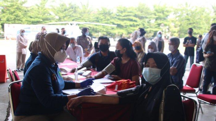 Polda Kalbar menggelar vaksinasi Covid-19 massal yang dilakukan di wilayah Pontianak dan sekitarnya, terhitung sejak tanggal 10 hingga 30 Juni 2021.