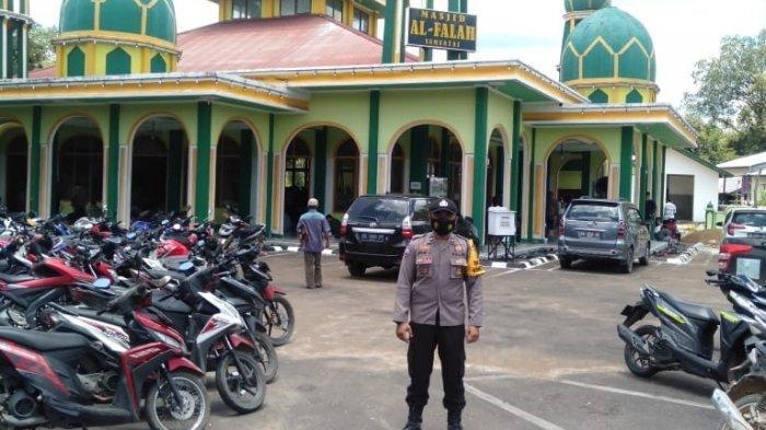 Jaga Kamtibmas, Bhabinkamtihbmas Anang Suwantoro Berikan Pengamanan Sholat Jumat di Masjid Alfallah
