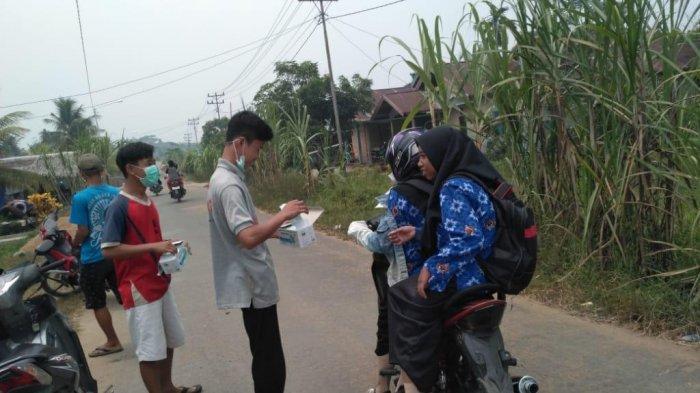 Gerakan Peduli Kabut Asap, Pemuda Desa Lela Bagi-Bagikan Masker ke Masyarakat