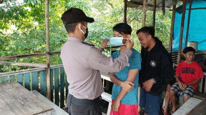 Cegah Penyebaran Covid-19, Personel Polsek Batang Tarang dan Polsek Kembayan Bagikan Masker