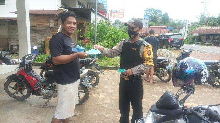 Anggota Polsek Batang Tarang bagikan masker pada warga secara gratis, Senin 8 Februari 2021