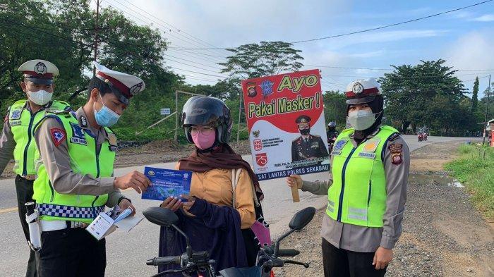 Personel Satlantas Polres Sekadau Bagikan Masker kepada pengendara, Sabtu 11 September 2021.
