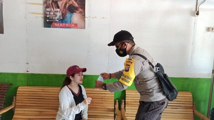 Datangi Warga, Bhabinkamtibmas Polsek Monterado Bripka Pepel Sampaikan Imbauan Pakai Masker