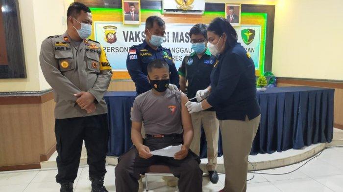Anggota Polres Sanggau dan Polsek Jajaran Ikuti Vaksinasi Masal Covid-19