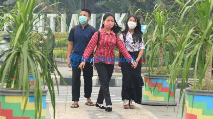 FOTO: Sejumlah Masyarakat di Bundaran Digulis Pontianak Gunakan Masker Saat Beraktivitas - masyarakat-beraktivitas-sembari-menggunakan-masker-di-bundaran-digulis-2.jpg