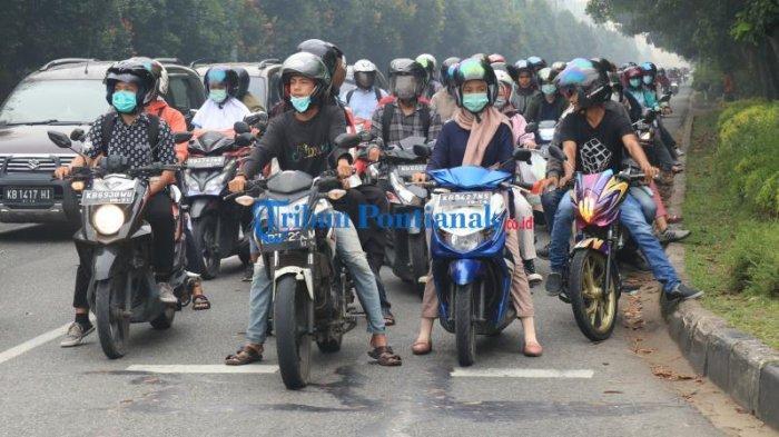 FOTO: Sejumlah Masyarakat di Bundaran Digulis Pontianak Gunakan Masker Saat Beraktivitas - masyarakat-beraktivitas-sembari-menggunakan-masker-di-bundaran-digulis-3.jpg