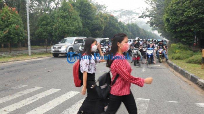 FOTO: Sejumlah Masyarakat di Bundaran Digulis Pontianak Gunakan Masker Saat Beraktivitas - masyarakat-beraktivitas-sembari-menggunakan-masker-di-bundaran-digulis-4.jpg