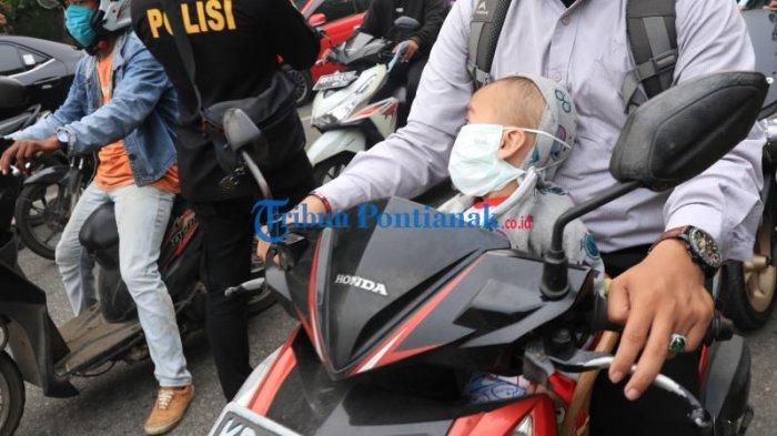 FOTO: Sejumlah Masyarakat di Bundaran Digulis Pontianak Gunakan Masker Saat Beraktivitas - masyarakat-beraktivitas-sembari-menggunakan-masker-di-bundaran-digulis-5.jpg