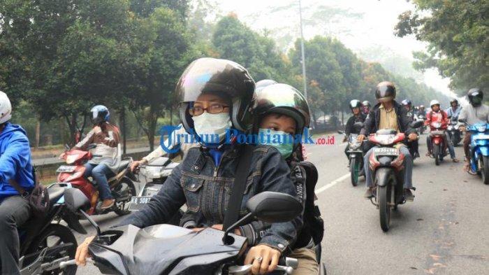 FOTO: Sejumlah Masyarakat di Bundaran Digulis Pontianak Gunakan Masker Saat Beraktivitas - masyarakat-beraktivitas-sembari-menggunakan-masker-di-bundaran-digulis-6.jpg