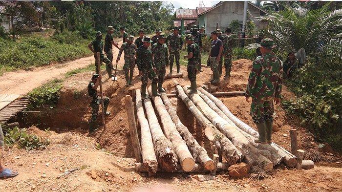 TNI Manunggal Membangun Desa ke-104 Kodim 1201 Mempawah, Prajurit Bangun Jembatan Darurat