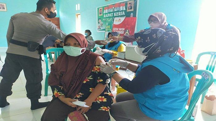 Antusias Masyarakat di Kecamatan Seponti Kayong Utara Ikuti Giat Vaksinasi