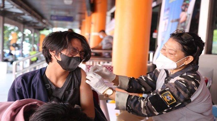IPC Pontianak Fasilitasi Vaksinasi Massal di Pelabuhan Pontianak - masyarakat-vaksinasi-di-pelabuhan-dwikora-pontianak.jpg