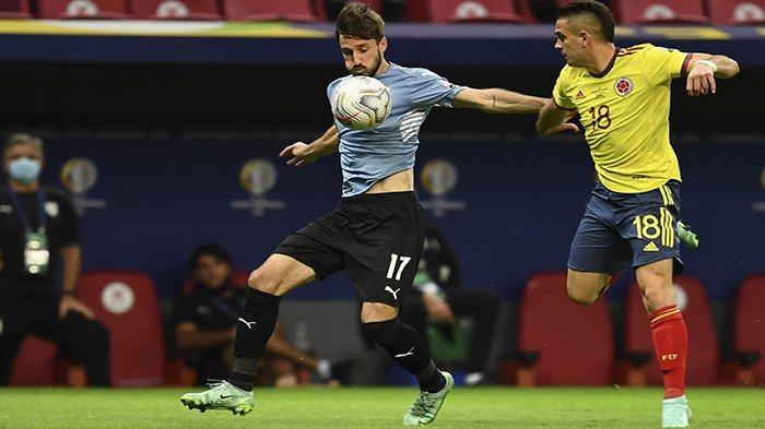 COPA AMERICA - Pemain Uruguay Matias Vina (kiri) dan pemain Colombia Rafael Santos Borre berebut bola pada perempat final Copa America Conmebol 2021, di Stadion Mane Garrincha Brasilia, Brazil, Minggu 4 Juli 2021 dini hari WIB.