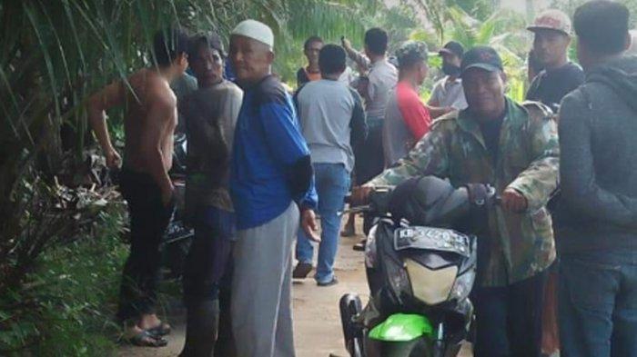 BREAKING NEWS - Warga Temukan Mayat Membusuk di Dalam Selokan Wajok Hilir