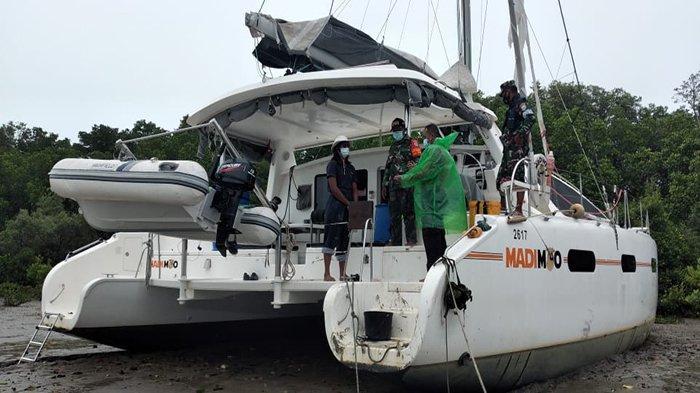 Petugas Gabungan Periksa WNA Asal Afrika Selatan dan ABK Kapal Kandas di Paloh Sambas