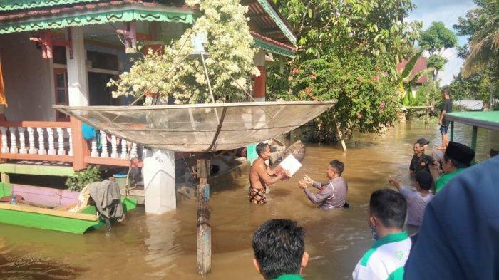 Polres Melawi dan GP Ansor Salurkan Puluhan Paket Sembako pada Korban Banjir