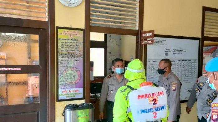 Satgas Aman Nusa Polres Melawi melakukan penyemprotan disinfektan di perkantoran, Sabtu 20 Februari 2021.