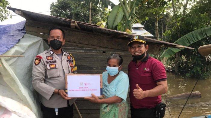 Personel Polres Melawi menggelar bakti sosial dalam bentuk penyaluran bantuan sembako kepada masyarakat yang terdampak banjir di Dusun Pangkoh Desa Baru Kecamatan Nanga Pinoh Kabupaten Melawi, Rabu 6 Oktober 2021