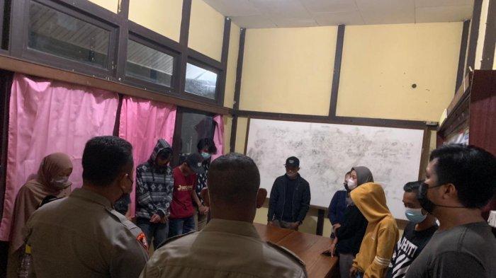 Personel Polres Melawi mengamankan pasangan bukan suami istri saat melakukan operasi Pekat, Senin 5 April 2020 malam