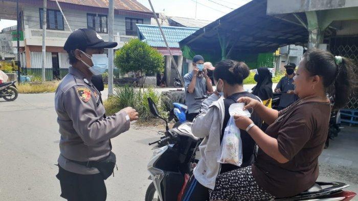 Polres Sambas Bagikan Masker pada Masyarakat pada Peringatan Hari Lahir Pancasila