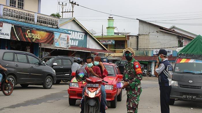 Edukasi Masyarakat, Tim Gugus Tugas Kabupaten Sekadau Bagikan 500 Pcs Masker