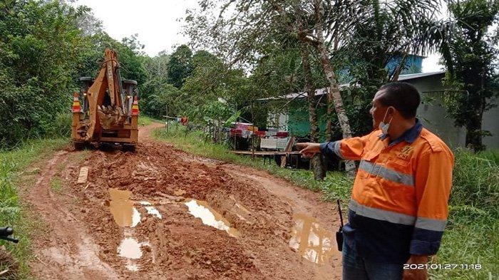 Permudah Akses Warga, CITA Perbaiki Jalan Desa Jago Bersatu di Kecamatan Sandai Ketapang