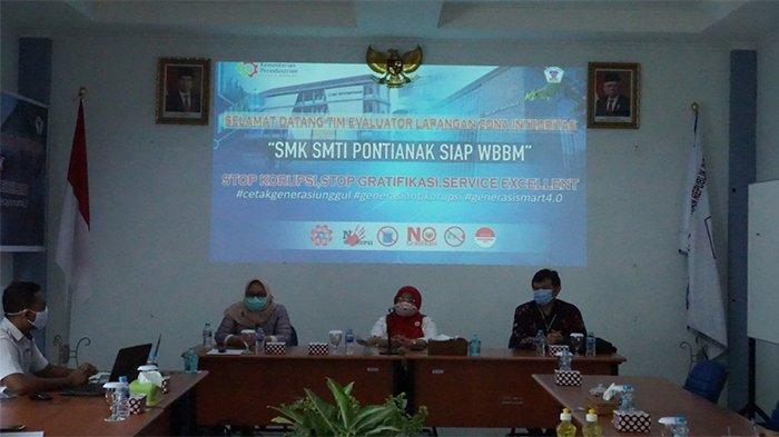 Kepala SMK SMTI Pontianak, Dra. Sih Parmawati, MM, membuka Kegiatan Tinjauan Lapangan Pembangunan Zona Integritas, Pontianak, Selasa 17 November 2020.