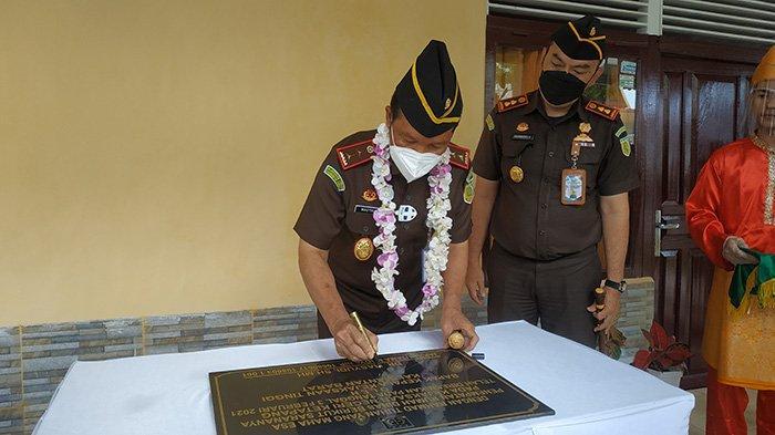 Kepala Kejaksaan Tinggi (Kajati) Provinsi Kalimantan Barat (Kalbar) Dr. Masyhudi SH, MH didampingi Kajari Ketapang Dharmabella Tymbasz saat menandatangani prasasti peresmian rumah dinas pejabat Kejari Ketapang.