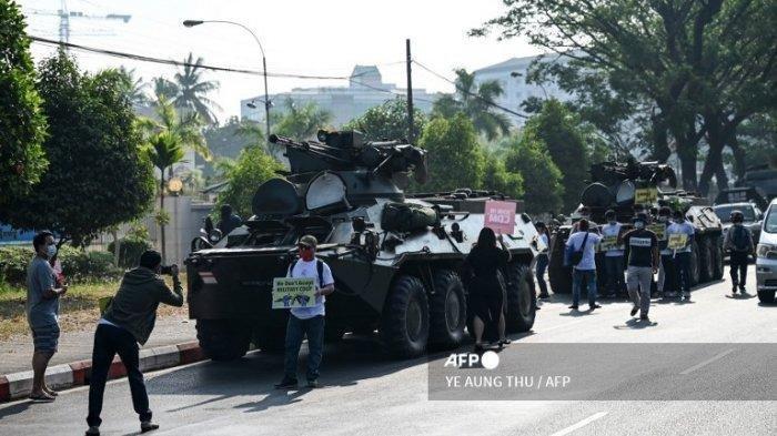 MENCEKAM Militer Myanmar Kerahkan Pasukan - Tembaki Demonstran dan Tahan Jurnalis