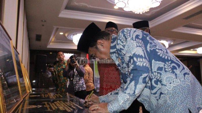 FOTO: Menteri Agama Fachrul Razi Hadiri Rapat Kerja Pimpinan Kanwil Kemenag Kalbar di Pontianak - menteri-agama-fachrul-razi-3.jpg