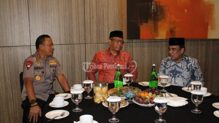 FOTO: Menteri Agama Fachrul Razi Hadiri Rapat Kerja Pimpinan Kanwil Kemenag Kalbar di Pontianak - menteri-agama-fachrul-razi-4.jpg