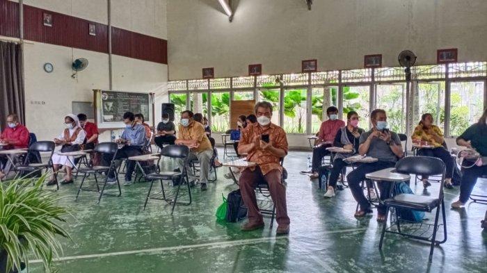 WORKSHOP - Suasana pelatihan menulis ilmiah populer para guru SMA St Paulus, Pontianak.
