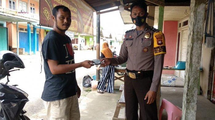 Sambangi Warga, Aipda Meydianto Bagikan Masker dan Sosialisasikan Prokes Covid-19