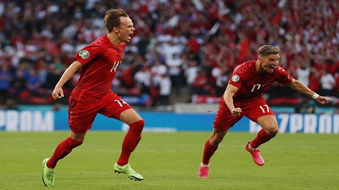 EURO - Pemain depan Denmark Mikkel Damsgaard (kiri) melakukan selebrasi setelah mencetak gol pertama pada pertandingan semifinal UEFA EURO 2020 antara Inggris vs Denmark, di Stadion Wembley London, Inggris, Kamis 8 Juli 2021 dini hari WIB.