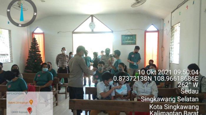 Personel Polsek Singkawang Selatan Bagikan masker kepada jemaat di gereja, Minggu 10 Oktober 2021