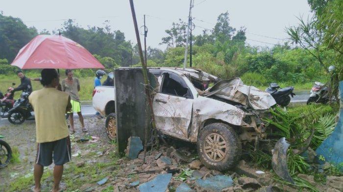 Mitsubishi Strada Warna Putih Tabrak Pagar Rumah Warga di Melawi, Polisi Beberkan Kronologinya