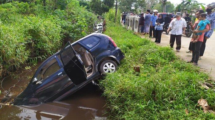 BREAKING NEWS - Mobil Dinas Plat Merah KB 77 Kecelakaan di Purnama Pontianak, Nyungsep ke Parit