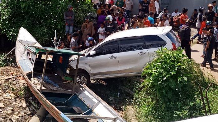 Sebuah Mobil Minibus Diketahui Terjun Bebas dari Jembatan Pawan 1 Ketapang
