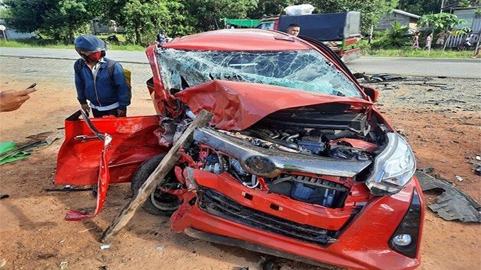 Mobil yang ringksek akibat Kecelakaan Beruntun di Jalan Trans Kalimantan KM 65, Desa Teluk Bakung, Kecamatan Sungai Ambawang, Kabupaten Kubu Raya.
