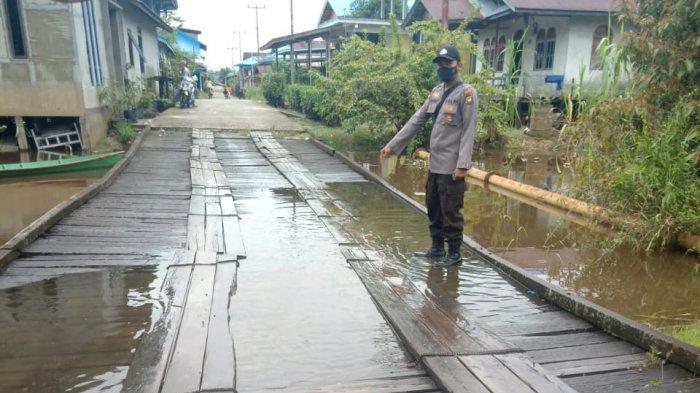 Anggota Polsek Silat Hilir monitoring banjir di sejumlah wilayah di Kecamatan Silat Hilir, Selasa 14 September 2021.