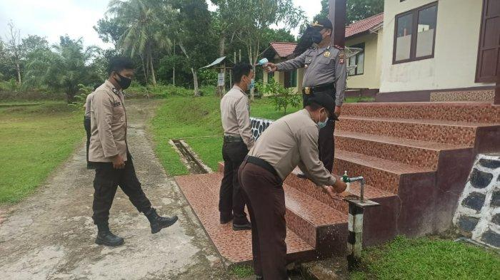 Cegah Covid-19, Personel Polsek Monterado Rutin Cek Suhu dan Cuci Tangan Sebelum Masuk Kantor