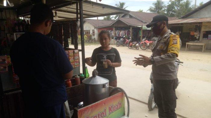 Gelar Patroli,  Personel Polsek Monterado Rutin Sampaikan Imbauan Protokol Kesehatan ke Warga