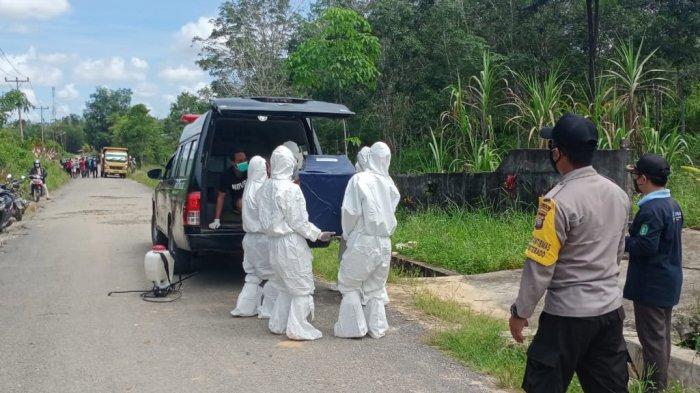 Personel Polsek Monterado Amankan Pemakaman Jenazah Pasien Sesuai Prosedur Covid-19