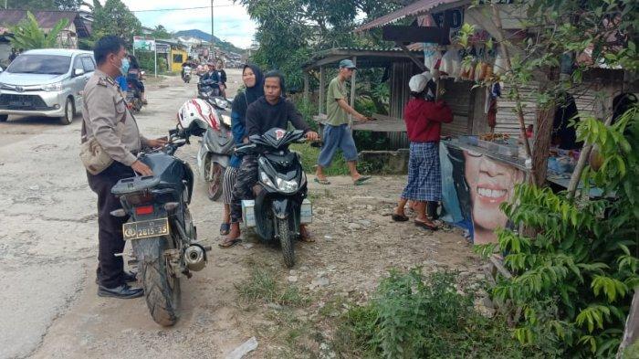 Patroli Dialogis, Bripka Abui Singgahi Warga di Warung Takjil di Kecamatan Monterado