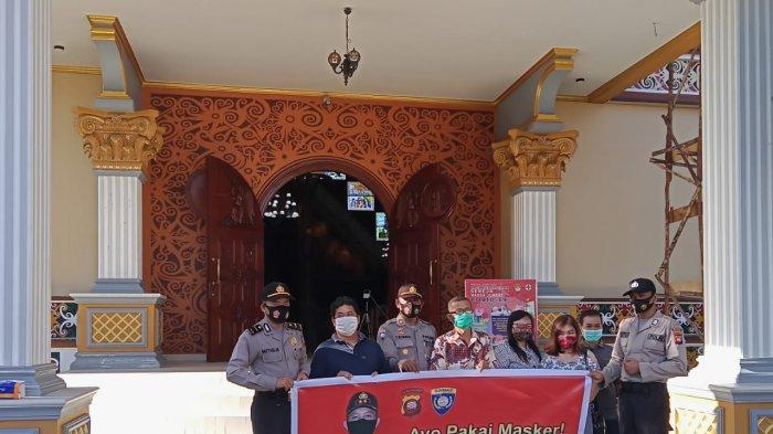 Kunjungi Kebaktian Gereja, Anggota Binmas Polres Ketapang Sosialisasikan Gerakan Wajib Pakai Masker
