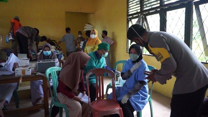 Polsek Muara Pawan Gelar Vaksinasi di Desa Tanjung Pura, Peserta dapat Sembako